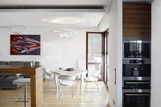 Podwieszany sufit w jadalni połączonej z salonem