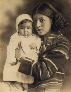 cherokee woman with baby, oklahoma. Mère et enfant du monde Native American Beauty, Native American Photos, Native American Tribes, Native American History, American Indians, Cherokee History, American Symbols, Cherokees, Cherokee Woman