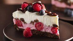 Régalez-vous de chacune des couches de ce dessert glacé fait de biscuits moelleux, de garniture fouettée légère au yogourt, de fondant et de petits fruits frais.