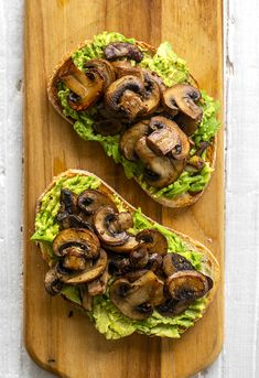 This simple and flavorful vegan avocado toast is topped with warm skillet mushrooms and has a mildly garlic flavor. Mushroom Avocado Toast is perfect for brunch! Avocado Dessert, Avocado Smoothie, Fruit Smoothies, Smoothie Recipes, Avocado Food, Avocado Toast, Brunch, Clean Eating, Healthy Recipes