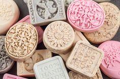 Mýdla ze silikonových fomiček mají krásné tvary Homemaking, Origami, Cookies, Personalized Items, Desserts, Soaps, Manualidades, Crack Crackers, Tailgate Desserts