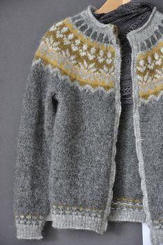 Isalnd7 by binschonschoen, via Flickris - Afmæli by Védís Jónsdóttir ... this is a FREE pattern from the original sweater. Lovely!