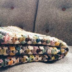 Granny Stripes - et væld af de dejligste farver - Trine Kok Diy Crochet And Knitting, Crochet Home, Crochet Granny, Crochet Crafts, Crochet Stitches, Crochet Patterns, Crochet Ideas, Granny Stripes, Granny Stripe Blanket