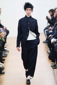 Comme des Garçons Comme des Garçons Fall 2015 Ready-to-Wear Collection - Vogue Japanese Outfits, Japanese Fashion, Rei Kawakubo, Vogue, Fashion Show, Fashion Design, Catwalk, What To Wear, Style Me