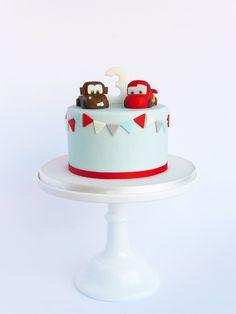 """Ok.. vou dizer sem falsas modéstias: este é o bolo Cars mais querido que já vi!  Este , mais """"fierce"""" também não lhe fica nada atrás! Q..."""