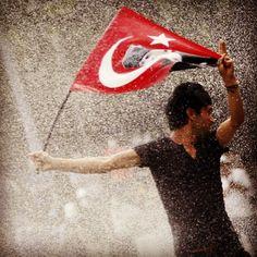 Un joven es atacado con agua mientras se manifiesta  contra el actual gobierno de Erdogan, en una de las principales plazas de Ankara en Turquía. Foto: Reuters