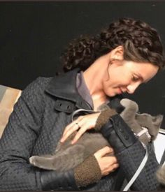 Caitriona Balfe as Claire Randall Fraser with Adso ❤️ - Outlander_Starz Season 5 - The Fiery Cross Outlander Season 4, Diana Gabaldon Outlander Series, Outlander Casting, Outlander Tv Series, Outlander 3, Outlander Knitting, Outlander Quotes, Starz Series, Claire Fraser