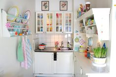 Adore this weeny kitchen. Great use of space.
