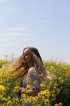 Im Rapsfeld fotografie photography fotoshoot photoshoot fields feld raps geld yellow location outfit vintage jeans jacket fashion ootd long blonde.