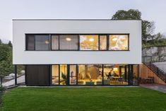 Působivým výtvarným prvkem je rastr okenních profilů kontrastující s omítkou a skleněnou plochou. Nápaditě přechází po fasádě až ke vstupní brance a oplocení.