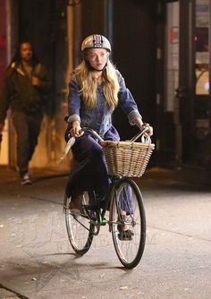 Celebrity Bike Style With Amanda Seyfried Bicycle Women, Bicycle Girl, Ladies Bicycle, Amanda Seyfried Photos, Bike Suit, Female Cyclist, Urban Bike, Cycle Chic, Bike Style