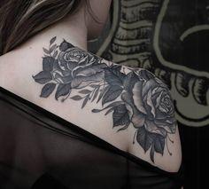 Foto: Reprodução / Tattoo2me Love Tattoos, Sexy Tattoos, Unique Tattoos, Body Art Tattoos, Tattoos For Women, Tatoos, Mujeres Tattoo, Stylist Tattoos, Beautiful Flower Tattoos