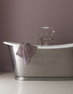 Thought the only paint colour choice for a bathroom was white or blue? Take a look at the latest bathroom paint colours trends and think again. Bedroom Wall Colors, Bathroom Paint Colors, Paint Colours, Diy Bedroom, Master Bedroom, Dark Purple Walls, Garden Bathtub, Bathtub Makeover, Vintage Bathtub