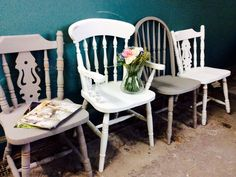 I just love the mixture of Old white and French linen grey in this pretty customer set of chairs for a 'collected over time' look! ✨  Do pop and order your pretty set for a bespoke look for your New Year vintage dining projects!