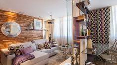 Na Sala de leitura e tevê, o pilar se tornou uma prateleira e apoio para a televisão, que conduz o resto do projeto