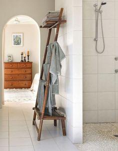 Wooden towel ladder in both rustic as well as in modern bathroom Rustic Wood Furniture, Wood Bedroom Furniture, Home Furniture, Small Bathroom Floor Plans, Bathroom Ladder, Ladder Towel Racks, Rustic Bathroom Decor, Bathroom Trends, Cool House Designs