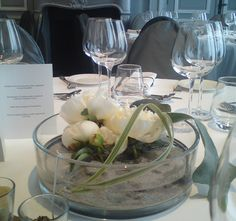 centre de table avec pivoines blanches