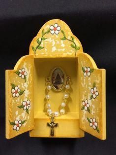 Mini oratório com rosário de Nossa Senhora Aparecida.  Pátina provençal e pintura floral em MDF