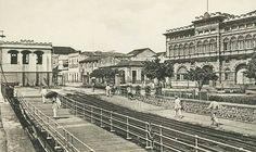 Perspectiva da ponte com o prédio da Alfandega, inaugurado em 1909, ao fundo. A fotografia é um cartão postal da década de 1910. Fonte: Manaus Sorriso.