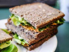 Brot mit Aufstrich und grünem Krams als Mittagessen bei Simone.