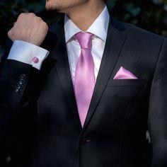 Setul de ocazie lila, format din cravata, batista si butoni camasa este cea mai buna alegere pentru nuntile de primavara, cand culorile pastel sunt la mare cautare. Deoarece seturile cu cravata inspira masculinitate, daca mireasa alege un buchet cu liliac, iar paharele nasilor sunt decorate in culoarea mov-lila, se cuvine ca mirele sa isi asorteze tinuta formala cu accesorii in aceeasi nuanta. Foarte elegant este setul de accesorii nunta compus din cravata, butoni de camasa si batista lila… Nasa, Marie, Suit Jacket, Jackets, Fashion, Down Jackets, Moda, Fashion Styles, Jacket