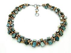 Halskette in marine/grau  Wintermorgen auf See. Mehrseitige Perlmutt-Würfel im Wechsel mit marmorierten Glasperlen, Minkscheiben und Acrylat-Robolen. Länge: 48 cm   http://www.langani.de/de/kollektion-de/2015herbst-winter/category/174-winterblau.html #langani #necklace #jewelry