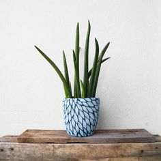 Use a sweater sleeve to sew a cover for an ugly flower pot and then paint it! (English and German)