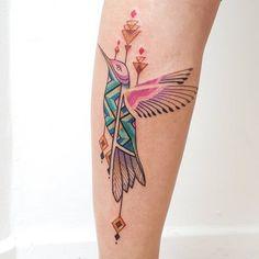 modele tatouage femme, dessin en encre sur le bras à design oiseau et motifs géométriques