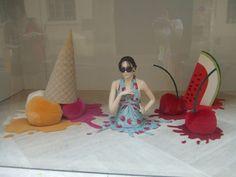 Best Summer Themed Window Displays - Part 1 Window Display Retail, Window Display Design, Summer Window Displays, Cool Retail, Vitrine Design, Visual Display, Store Windows, Store Displays, Showcase Design