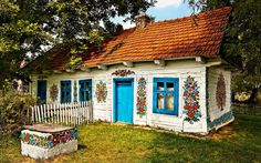 Old painted cottage in Poland - jigsaw puzzle pieces) Village House Design, Village Houses, Sushi Bar, Grill Bar, Storybook Homes, Polish Folk Art, Fairytale Cottage, Painting Competition, Painted Cottage