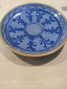 Pandekagefad med blå glasur. Diameter 25,5 cm. 100 kr.
