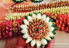 Beautiful flower jewellery by Pelli Poola Jada #floraljewelry #flowerjewellery #anooflowerjewellery #mehndijewellery #karvachaut #teej #haldi #mumbaiflowerjewellery #delhiflowerjewellery