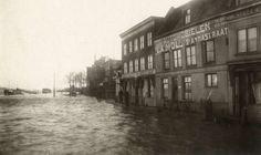 Overstromingen. Dijkdoorbraken. Overstroomde straat in Nijmegen, Nederland, 1919. serie van 4 foto's.