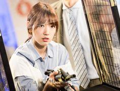 닥터스케치 12 사격 게임장에서 총을 들고 있는 박신혜 이미지