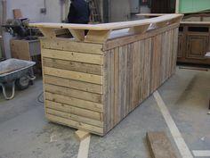 Barra de bar construida íntegramente en madera de palet