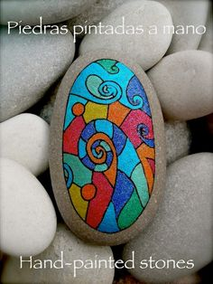 A pretty design that reminds me of stained glass! Pebble Painting, Pebble Art, Stone Painting, Rock Painting, Pebble Stone, Stone Art, Rock Crafts, Arts And Crafts, Caillou Roche