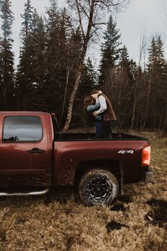 Couple dancing in the back of a chevy truck for their sweet anniversary photoshoot Montana engagement session Country Couple Pictures, Cute Country Couples, Cute Country Boys, Cute Couples Photos, Cute Couple Pictures, Cute Couples Goals, Couple Pics, Country Prom, Couple Stuff