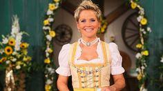 """""""Bauer sucht Frau""""-Moderatorin Inka Bause ist ihren Landwirten zu alt. (Quelle: RTL/Stefan Gregorowius)"""
