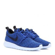 Nike Nike Rosherun Flyknit Sneakers ($160) ❤ liked on Polyvore featuring shoes, sneakers, flats, training, נעליים, blue, nike sneakers, blue flat shoes, nike footwear and blue flats