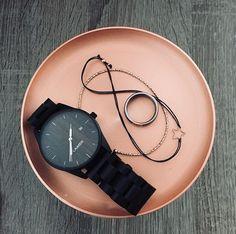 Hodinky SASCHA vás nadchnú svojim nadčasovým dizajnom. Tmavé santalové drevo dodáva ultra tenkým hodinkám jedinečný šarm. Puzdro z chirurgickej ocele v kombinácii s pravým dreveným ciferníkom a datumovníkom tvorí minimalistický štýl. Tieto hodinky dotvárajú každý outfit a so svojím priemerom 40 mm sú vhodné pre neho i pre ňu. Wood Watch, Smart Watch, Watches, Accessories, Outfit, Wooden Clock, Outfits, Smartwatch, Wristwatches
