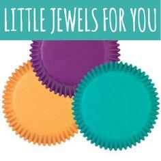 Set Aus Mini Muffinförmchen In Den Farben Lila, Gelb Und Türkis. Wahrhaftig  Kleine