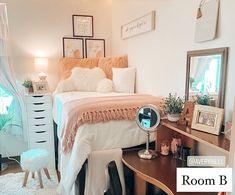 Dorm Room Layouts, Dorm Room Styles, Dorm Room Designs, Room Design Bedroom, Room Ideas Bedroom, Cozy Dorm Room, Classy Dorm Room, Dorm Rooms, College Bedroom Decor