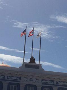 Banderas en Fortaleza, hora, orden y ubicación adecuadas. 3:03pm