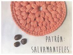 Salvamanteles a Trapillo con Punto Puff o Pop Corn - Patrón Gratis en Español aquí: http://happymonkei.blogspot.com.es/2014/11/patron-express-salvamanteles.html
