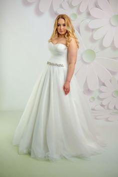 5ec07609fef7 Krásne svadobné šaty s korzetom a tylovou sukňou zdobené opaskom Svadobné  Šaty