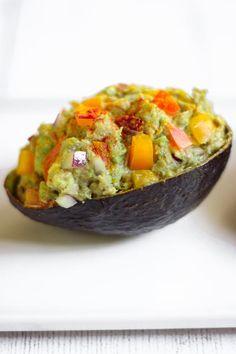 Salade avocat thon - Elle Mijote Quelque Chose Avocado Recipes, Salad Recipes, Quelque Chose, Bon Appetit, Guacamole, Entrees, Pizza, Menu, Cooking