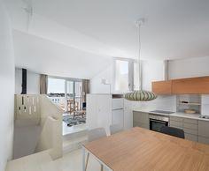 Cocina de madera y comedor / Una casa que reinterpreta el pasado y lo suma al presente #hogarhabitissimo #Cadaqués