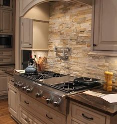 You want to properly decorate your kitchen , whether it is an open kitchen or closed, small or large, in length . House side went to meet three kitchen experts who deliver the mistakes to avoid in the kitchen. layout of your ideal kitchen . Backsplash With Dark Cabinets, New Kitchen Cabinets, Kitchen Backsplash, Kitchen Countertops, Backsplash Ideas, Tile Ideas, Backsplash Design, Stacked Stone Backsplash, Metal Cabinets