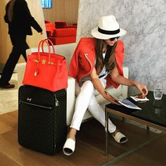 This cool and casual airport style can be extended on your working station. Airport Travel Outfits, Airport Attire, Travel Outfit Summer, Airport Style, Summer Outfits, Airport Fashion, Summer Airport Outfit, Airport Chic, Travel Chic