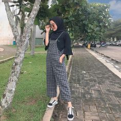 Image may contain: 1 person, standing and outdoor Modern Hijab Fashion, Street Hijab Fashion, Muslim Fashion, Ootd Fashion, Fashion Outfits, Hijab Casual, Ootd Hijab, Modest Dresses, Modest Outfits